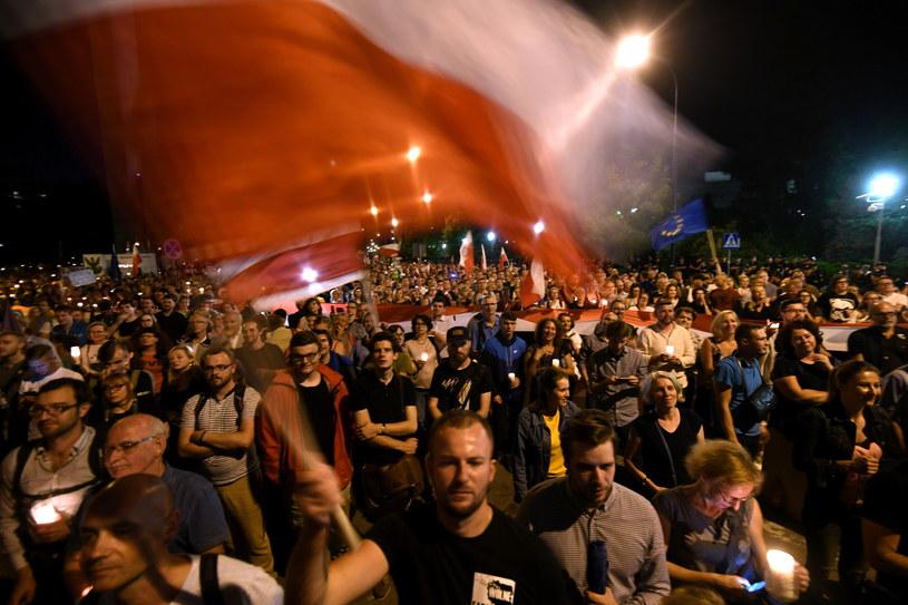 """Uczestnicy """"Protestu przeciwko zamachowi PiS na sądy"""" zorganizowanego przez Platformę Obywatelską przed Pałacem Prezydenckim /PAP"""