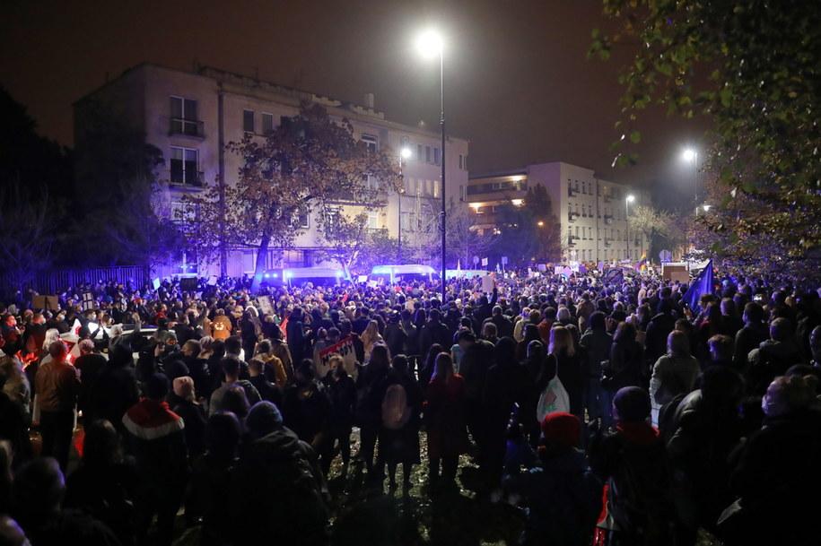 Uczestnicy protestu przeciwko zaostrzeniu prawa aborcyjnego przed willą rządową przy ulicy Parkowej w Warszawie / Leszek Szymański    /PAP