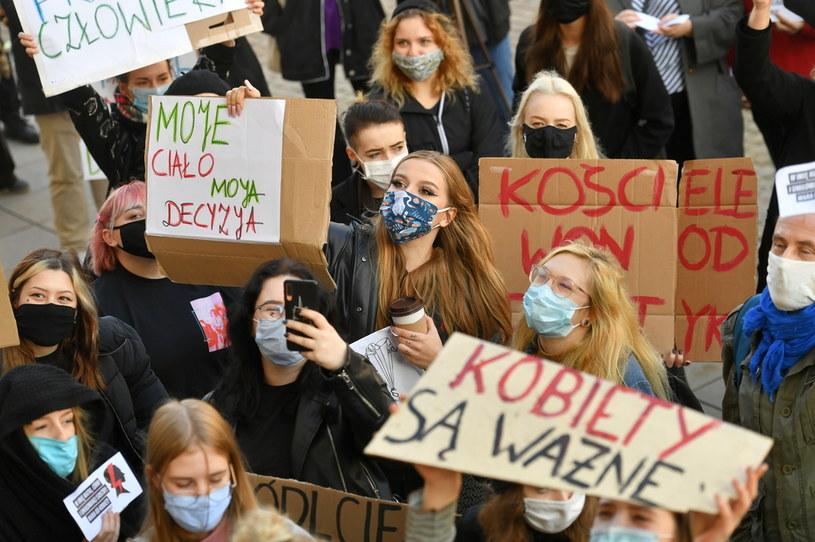 Uczestnicy protestu przeciwko zaostrzeniu prawa aborcyjnego przed kościołem Świętego Krzyża w Warszawie /Piotr Nowak /PAP