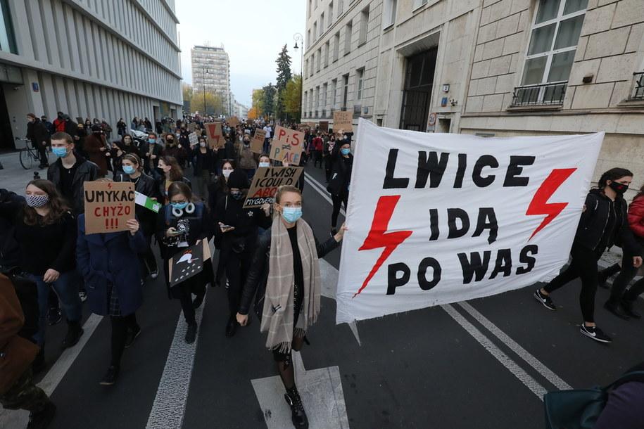 Uczestnicy protestu przeciwników zaostrzenia prawa aborcyjnego w okolicach Sejmu w Warszawie /Paweł Supernak /PAP
