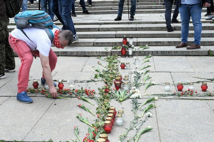 Uczestnicy protestu przed rozpoczęciem strajku przedsiębiorców na Placu Defilad w Warszawie / Radek Pietruszka   /PAP
