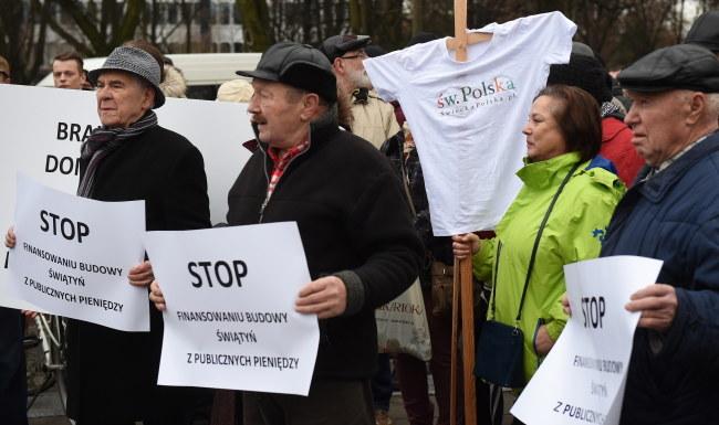 Uczestnicy protestu przed Sejmem /PAP/Radek Pietruszka    /PAP