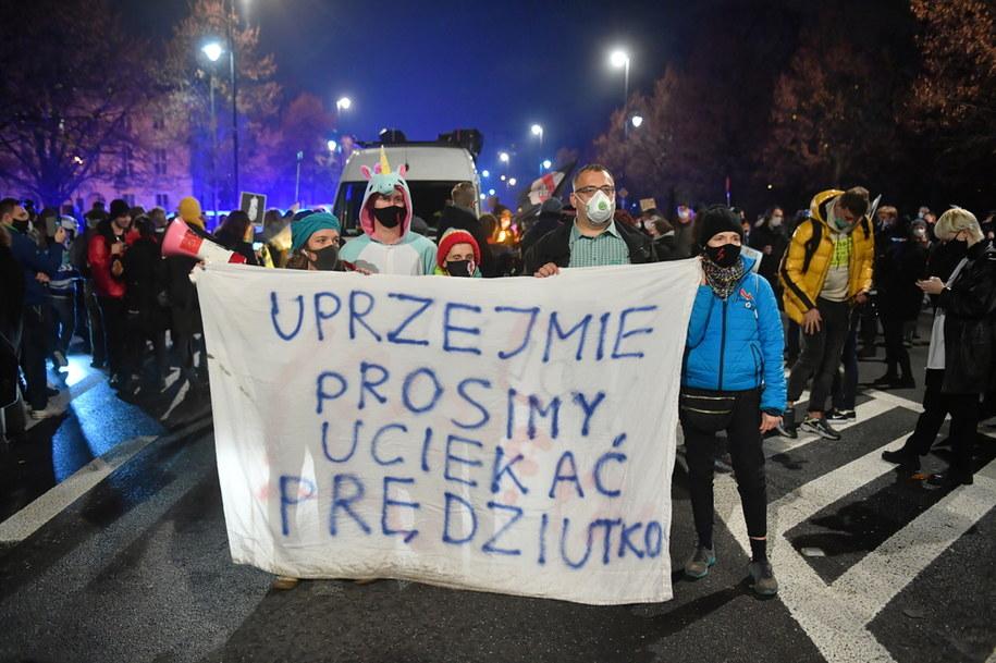 Uczestnicy protestu Strajku Kobiet w Warszawie / Radek Pietruszka   /PAP