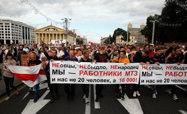 Uczestnicy protestu w Mińsku /TATYANA ZENKOVICH  /PAP/EPA