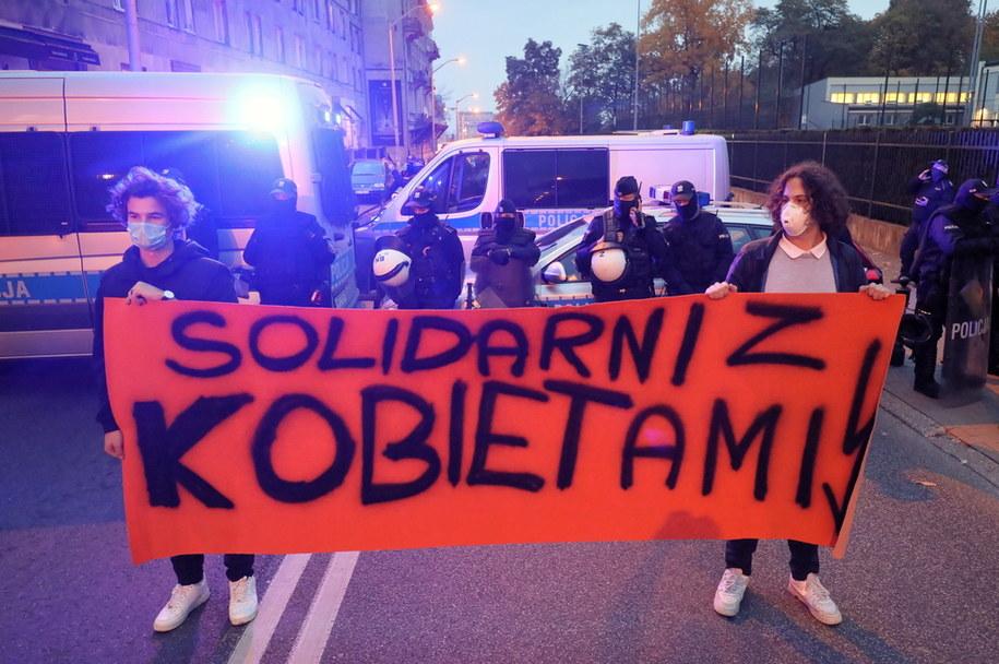 Uczestnicy protestu w okolicy Sejmu w Warszawie /Paweł Supernak /PAP