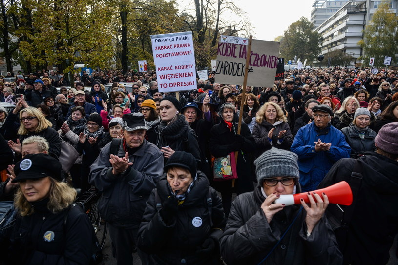 Uczestnicy protestu zgromadzili się pod Sejmem /Jakub Kamiński   /PAP