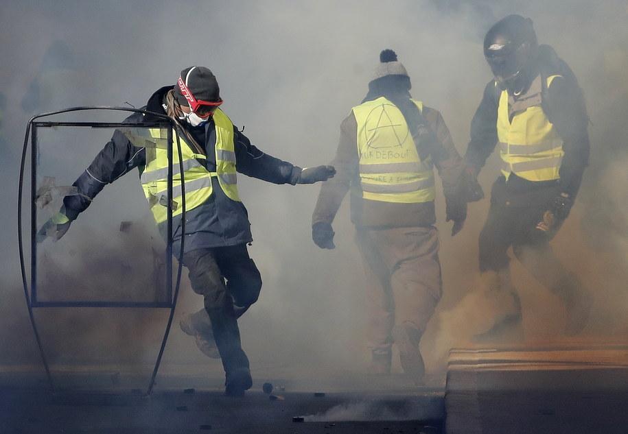 """Uczestnicy protestu """"żółtych kamizelek"""" (zdj. arch.) /GUILLAUME HORCAJUELO  /PAP/EPA"""