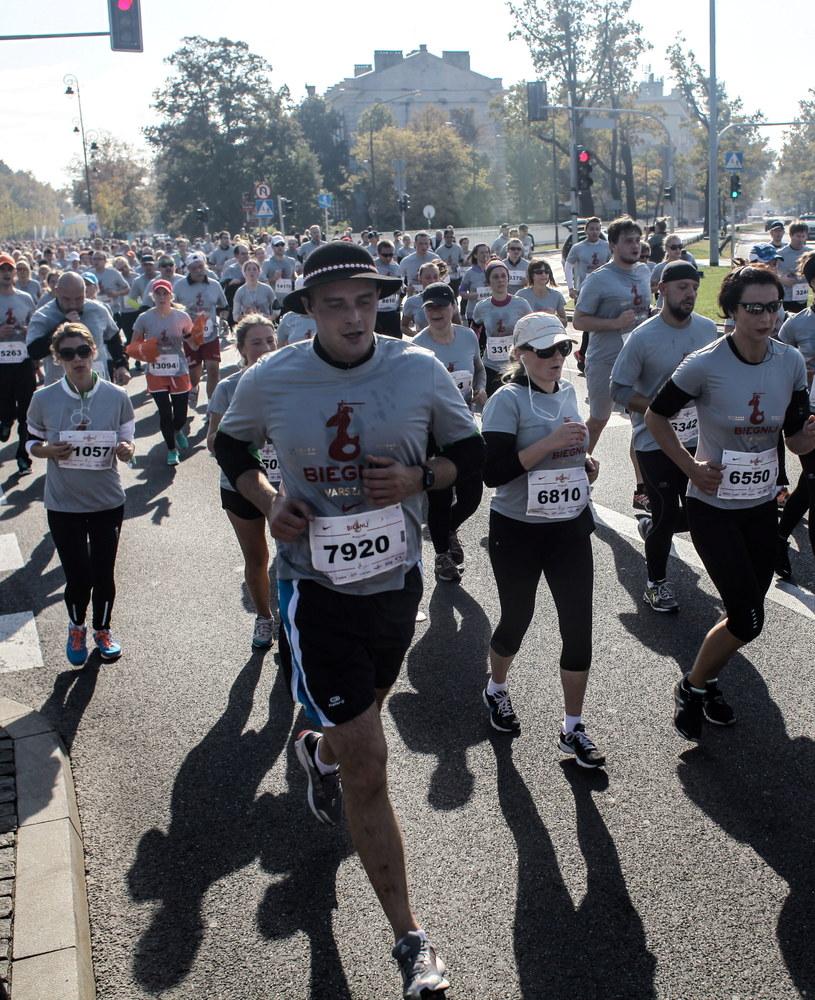 Uczestnicy rywalizują na dystansie 10 km podczas zawodów Biegnij Warszawo /Jakub Kamiński   /PAP