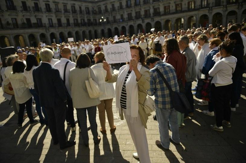 Uczestnicy sobotnich demonstracji nie mają żadnych flag /Associated Press /AP