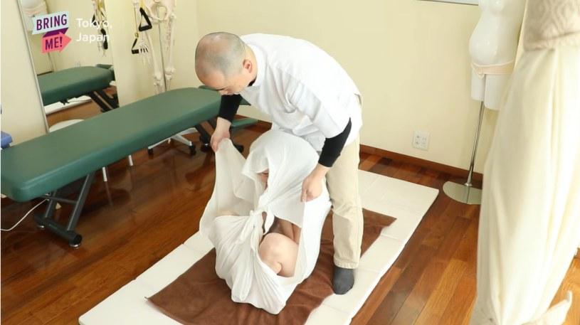 Uczestnicy terapii czują się jak w łonie matki /YouTube