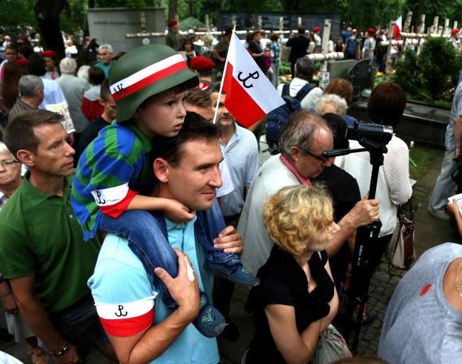 Uczestnicy uroczystości na Powązkach /PAP/Tomasz Gzell /PAP