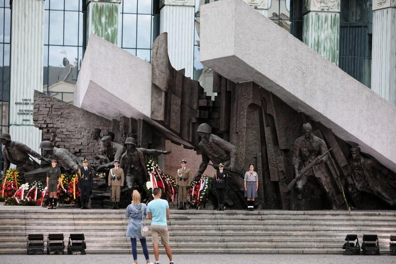 Uczestnicy uroczystości pod Pomnikiem Powstania Warszawskiego na pl. Krasińskich w Warszawie / Leszek Szymański    /PAP