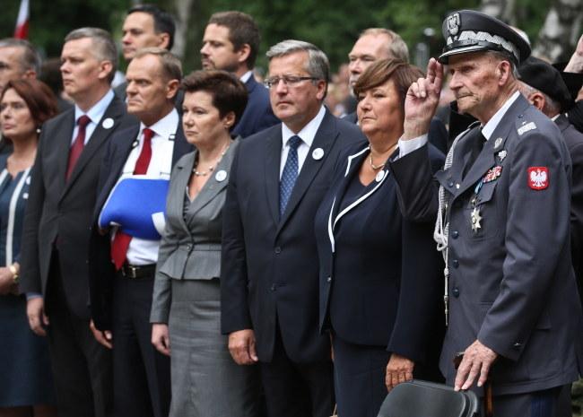 Uczestnicy uroczystości przed pomnikiem Gloria Victis /PAP/Rafał Guz /PAP