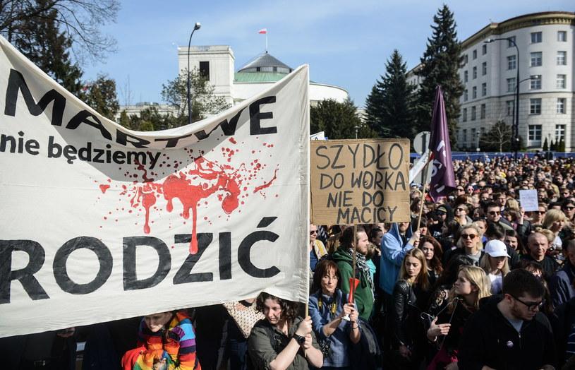 Uczestnicy warszawskiej manifestacji przeciwko ustawie antyaborcyjnej /Jakub Kamiński   /PAP