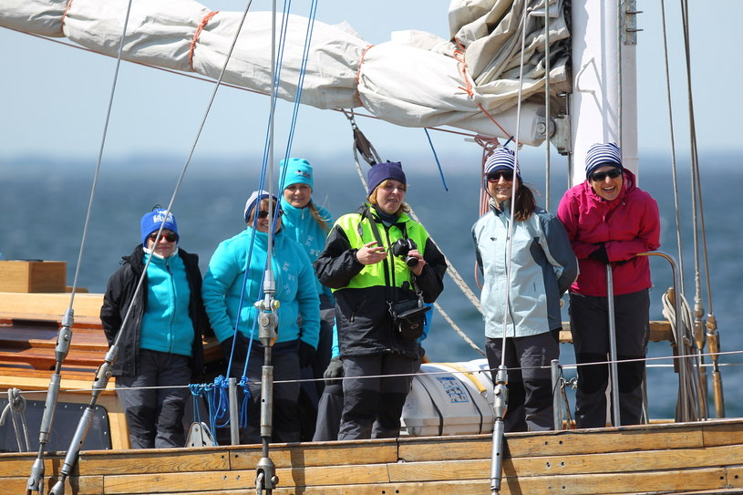 Uczestniczki OnkoRejsu, wypływają z portu w Gdyni, na pokładzie jachtu Zjawa IV /Piotr Wittman /PAP