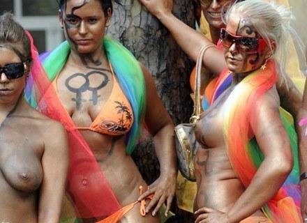 Uczestniczki Tęczowej Parady Równości, która odbyła się 12 lipca 2008 roku. /AFP