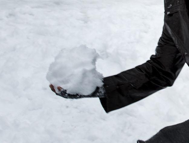 Uczestnik bitwy na śnieżki został dźgnięty nożem fot. Brendan Smialowski /AFP