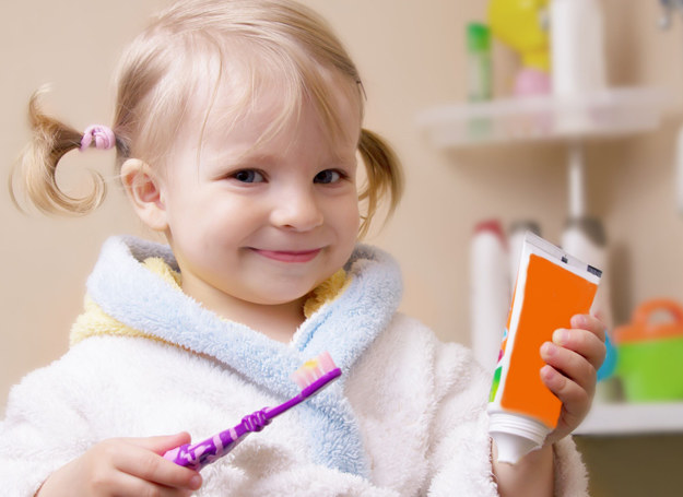 Uczmy dzieci, jak mają dbać o zęby. /123RF/PICSEL