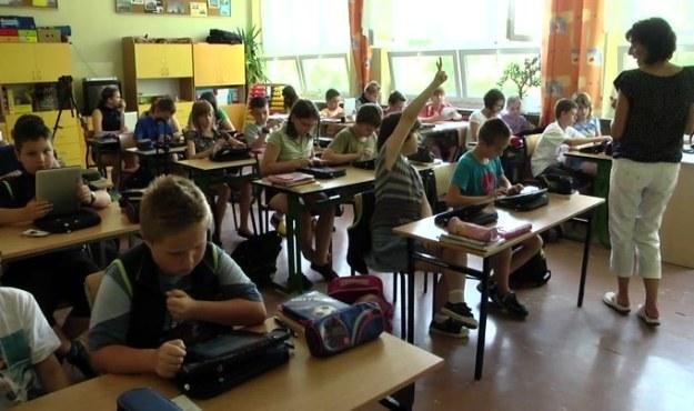 """Uczniowie """"Cyfrowej Klasy"""" na lekcji matematyki /INTERIA.PL"""