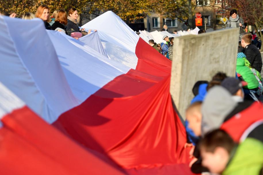 Uczniowie i ich rodzice oraz nauczyciele Szkoły Podstawowej numer 63 przy ulicy Grodzkiej w Szczecinie przygotowali 200-metrową biało-czerwona flagę na zbliżające się Narodowe Święto Niepodległości /Marcin Bielecki /PAP