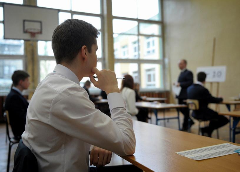 Uczniowie klas III Gimnazjum nr 3 w Przemyślu na chwilę przed rozpoczęciem egzaminu gimnazjalnego /Darek Delmanowicz /PAP