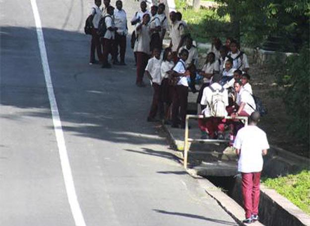 Uczniowie Moruga Composite School czekający na ewakuację /MWMedia