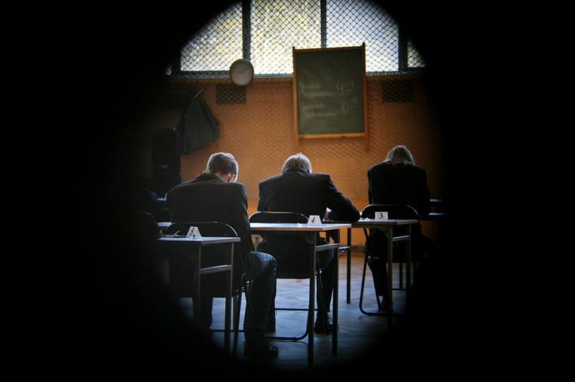 Uczniowie podczas egzaminu gimnazjalnego 2015 /Lech Muszyński (PAP) /PAP