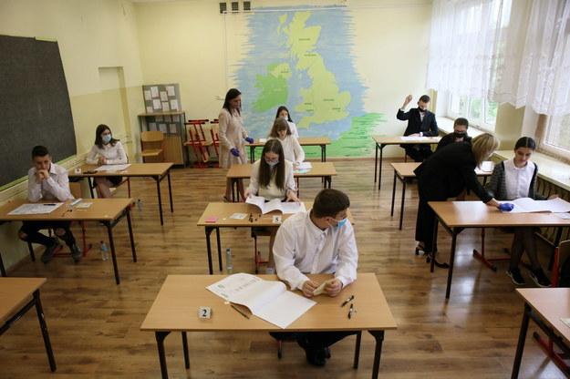 Uczniowie podczas egzaminu ósmoklasisty w Szkole Podstawowej nr 21 w Gorzowie Wielkopolskim /Lech Muszyński /PAP