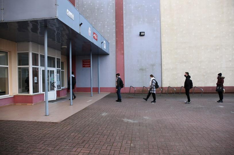 Uczniowie przed próbną maturą w liceum w Gorzowie Wielkopolskim /Lech Muszyński /PAP