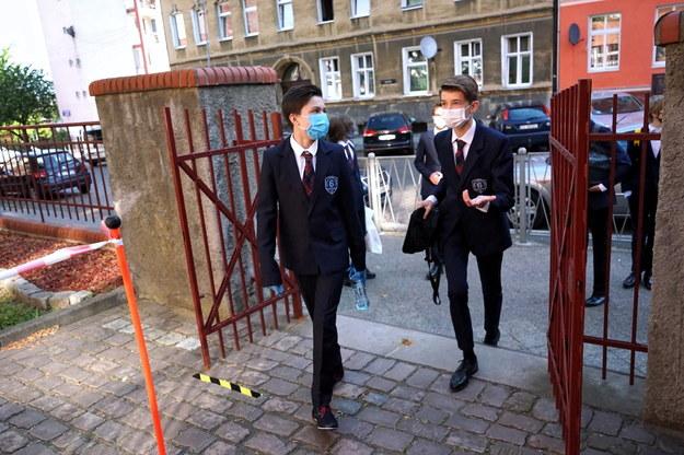 Uczniowie przed wejściem na egzamin ósmoklasisty w Szkole Podstawowej nr. 6 w Szczecinie /Marcin Bielecki   /PAP