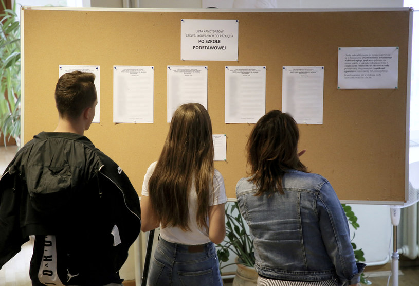 Uczniowie sprawdzają wyniki rekrutacji /Piotr Molecki /East News