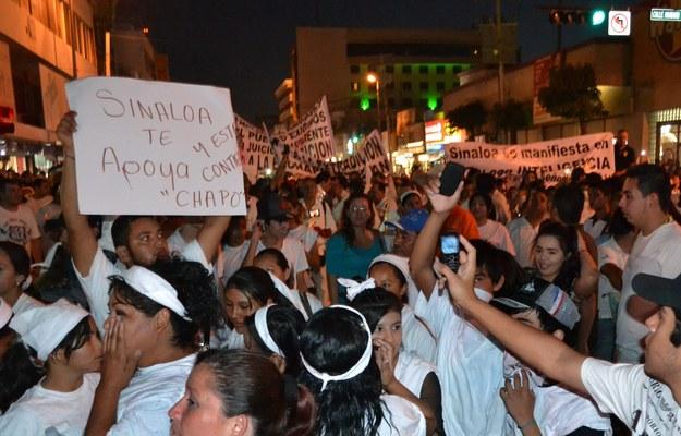 """Uczniowie szkół średnich w swoich mundurkach nieśli tablice głoszące """"Wolny Chapo"""" i """"Kochamy Chapo"""" /STR /PAP/EPA"""