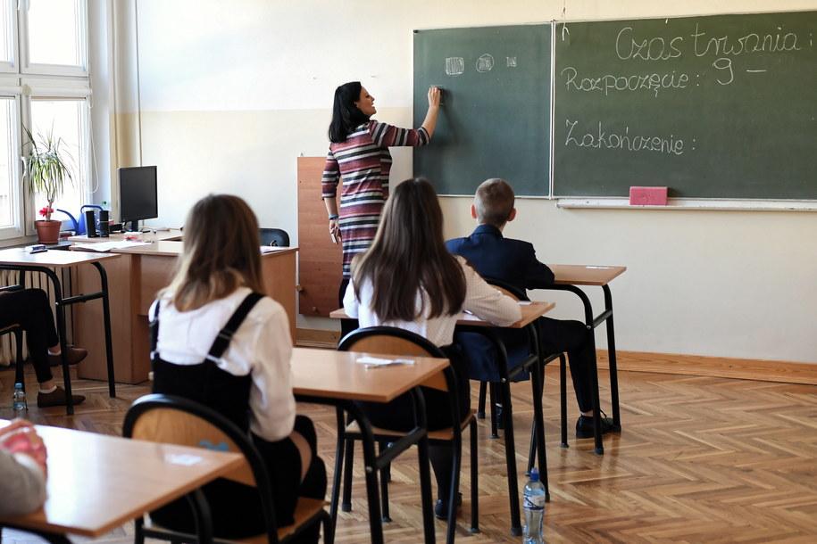 Uczniowie szkoły nr 18 im. Macieja Rataja w Lublinie przed rozpoczeciem egzaminu /Wojciech Pacewicz /PAP