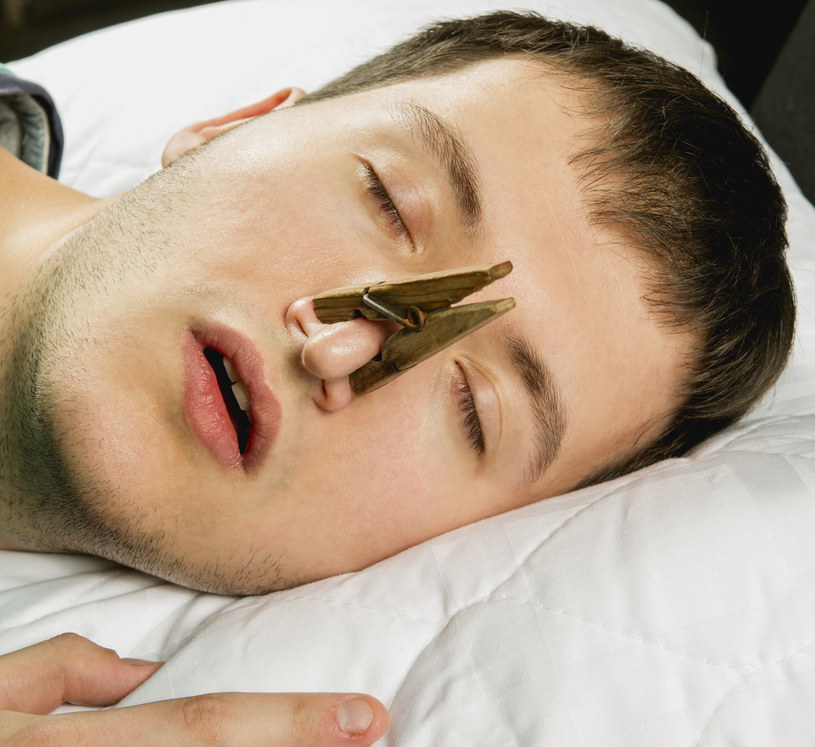 Uczucie zatkanego nosa może mieć różne przyczyny /123RF/PICSEL