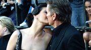 Uczy męża całować... mężczyznę