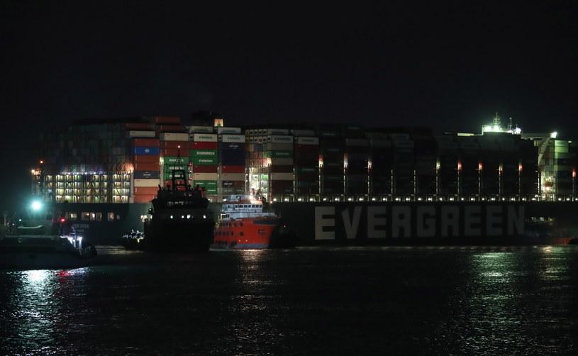 Udało się nieco przesunąć rufę statku w Kanale Sueskim, ale nadal jest on zablokowany /KHALED ELFIQI   /PAP/EPA