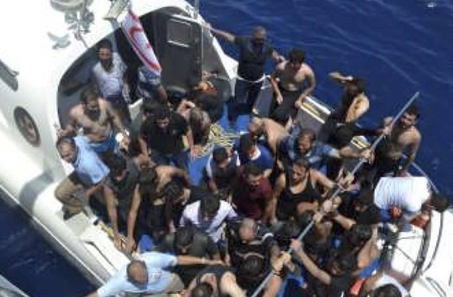 Udało się uratować około 100 migrantów, a co najmniej 30 wciąż jest poszukiwanych. /AA/ABACA /PAP/Abaca