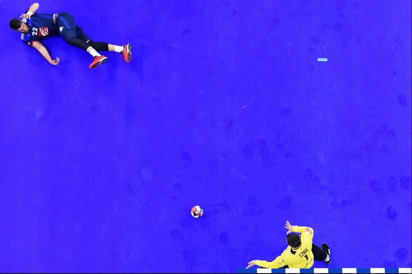 Udana interwencja Sławomira Szmala po rzucie Luki Karabaticia podczas meczu Polska – Francja w ramach EHF EURO 2016. Kraków (Polska), 19 stycznia 2016 r. /Michał Stańczyk/ Cyfrasport /