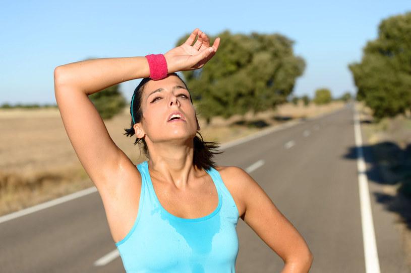 Uderzenia gorąca i towarzyszące im poty to jeden z objawów menopauzy. Pomoże na nie herbata z szałwii. /123RF/PICSEL