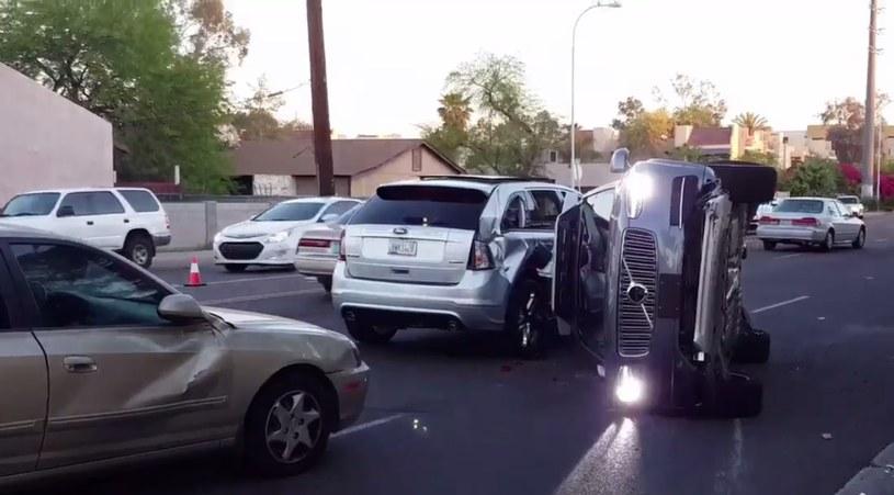 Uderzenie było tak silne, że Volvo XC90 przewróciło się na bok /