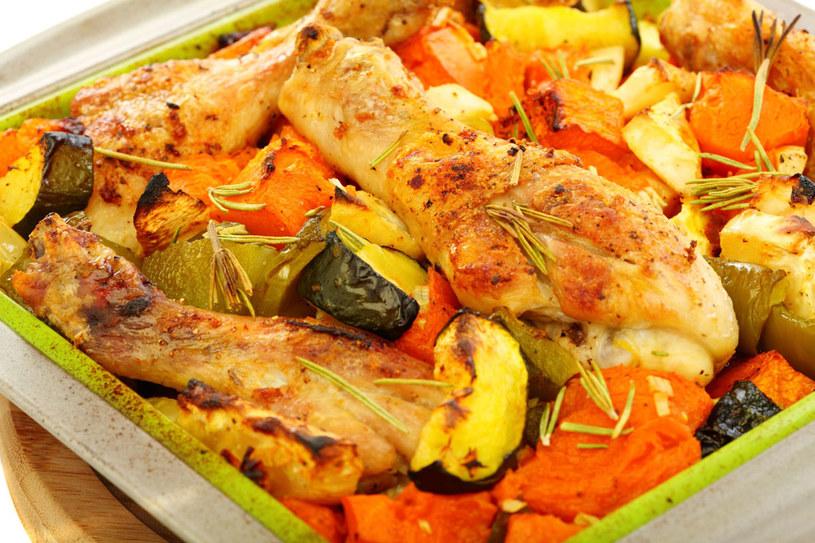 Udka z kurczaka z warzywami /123RF/PICSEL