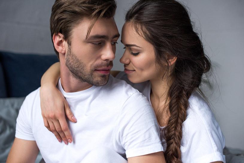 Udowodniono, że mężczyźni mówiący niskim głosem znacznie częściej unikają przywiązywania się do partnerek /123RF/PICSEL