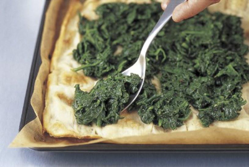 uduszony na oiliwie i czosnku szpinak możesz podać z sadzonym jajkiem, grillowaną rybą, na pizzy lub tarcie /East News