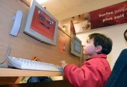 UE chce chronić dzieci w sieci /AFP