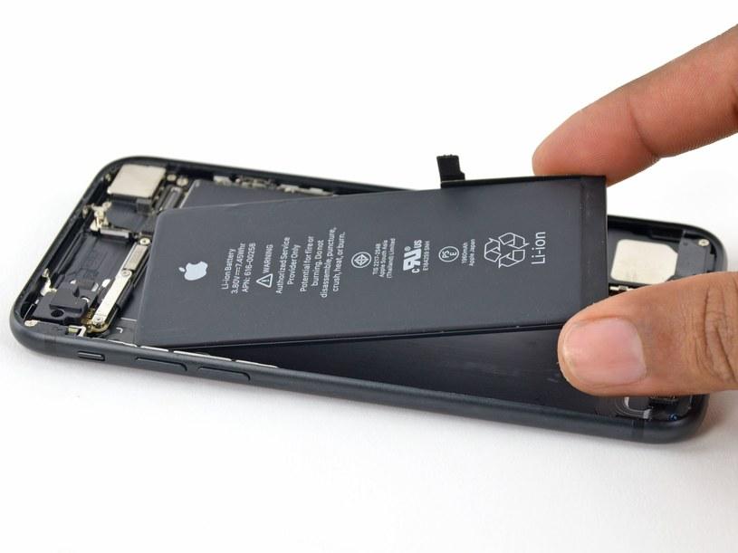 UE chce ułatwić konsumentom wymianę baterii / fot. iFixit /materiały prasowe