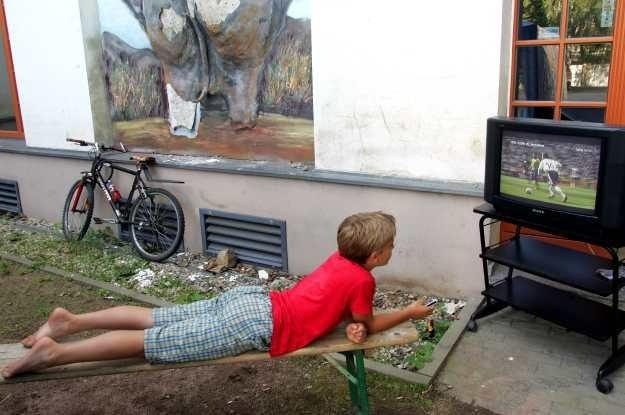 UE przechodzi na cyfrową stronę telewizji - Polacy na razie prowadzą analogowe wojenki /AFP
