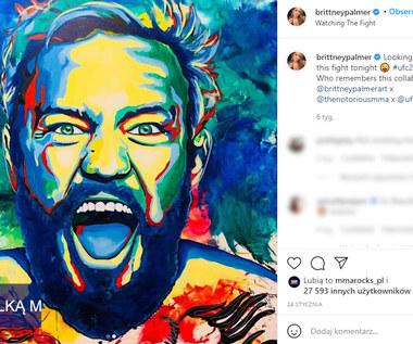 UFC. Piękna ring girl namalowała portret Conora McGregora. Wideo