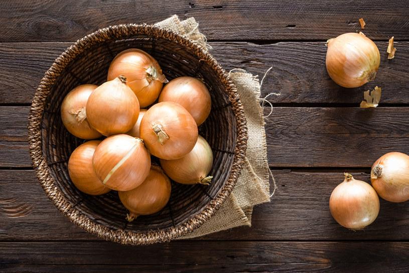 Ugotuj cebulę w małej ilości wody. Dodaj oliwę. Problem zniknie natychmiast /123RF/PICSEL