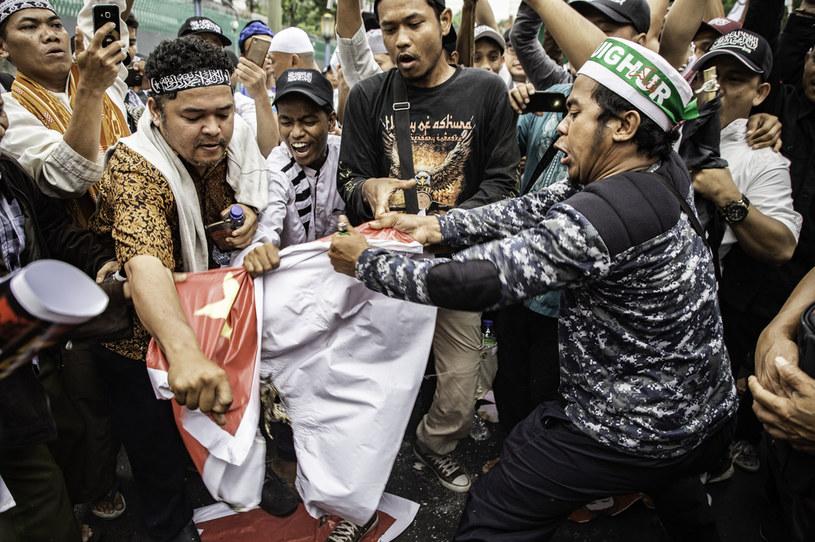 Ujgurzy protestowali na całym świecie. Tutaj targana jest flaga pod Ambasadą Chin w Dżakarcie, Indonezji / Donal Husni/NurPhoto /Getty Images