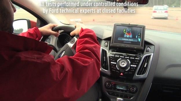 Układ Obstacle Avoidance korzysta z czujników, radarów, kamery, a także z elektrycznego wspomagania. /Ford
